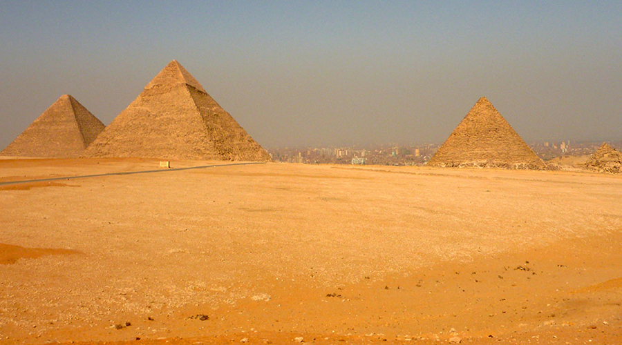 Раскаленные камни Международная группа ученых в прошлом году запустила проект инфракрасного сканирования пирамид Гизы. Использование инфракрасной термографии выявило несколько весьма странных камней, расположенных посреди Великой пирамиды. Дело в том, что температура трех блоков известняка гораздо выше, чем температура всей остальной пирамиды — будто за ними расположена комната, где горит огонь. Но как огонь может гореть три тысячи лет?