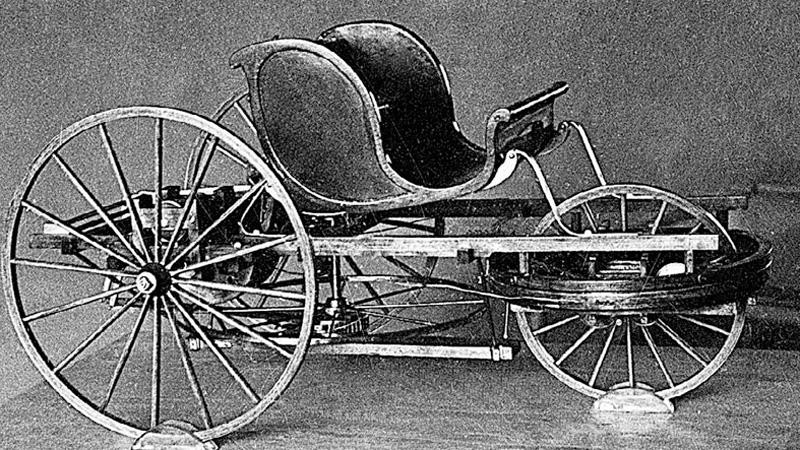 Самокатка Кулибина Трехколесный экипаж Кулибина никак не вписывался в свой 1791 год. Двигался он за счет давления, оказываемого двумя пассажирами на педали. Еще двое пассажиров могли вольготно располагаться в креслах и не делать вообще ничего. Коробка передач, сцепление, маховик и тормоза — придуманные Кулибиным детали и сегодня используются на современных автомобилях. Самокатка развивала внушительную скорость в 16 км/ч.