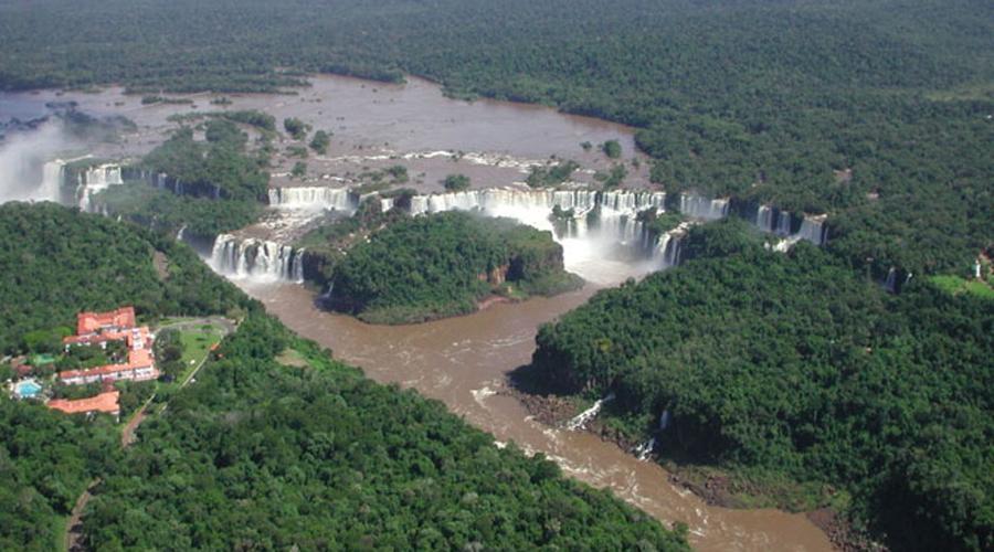 Бразилия и Аргентина Весь комплекс из 235 водопадов Игуасу входит в список чудес света. А по самому крупному из них, Garganta del Diablo, «Горло Дьявола», проходит граница между Бразилией и Аргентиной.