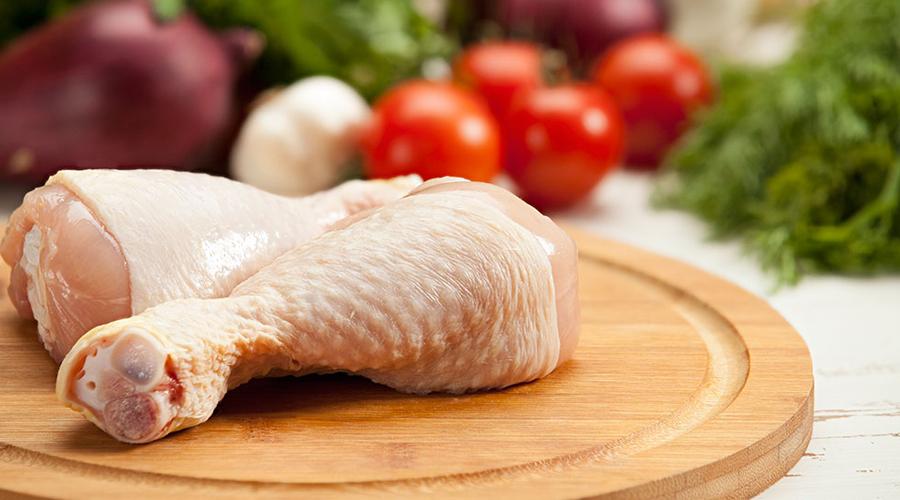 Домашняя птица Птицеводческие фермы регулярно дают корм, содержащий препараты на основе мышьяка, что приводит к повышенному содержанию мышьяка в их мясе. Токсичные кормовые добавки постепенно изымаются из оборота, но дело это затянется наверняка надолго. Старайтесь выбирать птиц, выращенных в частных хозяйствах.