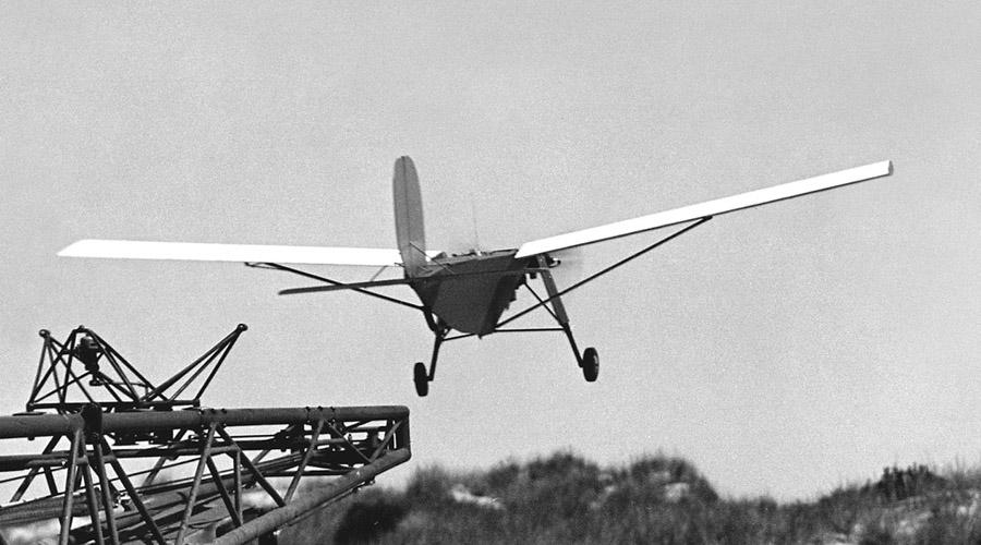 Беспилотные аппараты Думаете, дроны появились лишь в новом времени? А вот и нет. Первый беспилотник американский инженер собрал еще в 1916 году. Конструкция, правда, получилась слишком тяжелой и потому не эффективной. Но уже в 1973 году армейский конструктор Стюарт Фостер собрал сравнительно легкий дрон, весом в 35 килограмм — теперь же легкие и быстрые беспилотники используются и в мирной жизни.