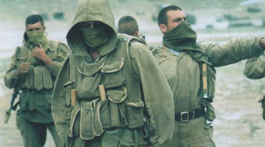 Возникновение спецназа Сама история спецназа, что российского, что американского, началась примерно в одно время. Советский Союз получил свои первые группы «глубинной разведки» в 1950 году — 24 октября был подписан секретный приказ №ОРГ/2/395/832, который и положил начало советскому спецназу. Американские же подразделения формировались из бойцов созданного еще во время Второй мировой войны Управления стратегических служб — первая подготовленная группа появилась в 1952 году.