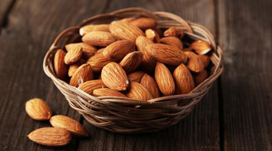 Орехи против голода Сырой миндаль является прекрасным источником магния и кальция. Эти элементы восстанавливают кислотно-щелочной баланс и нормализуют содержание сахара в крови.