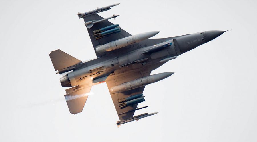 Истребители США В настоящее время Америка обладает единственным в мире истребителем пятого поколения. Впрочем, хваленых F-22 в строю всего 187 штук, а F-35 никак не может пройти этап тестирования.