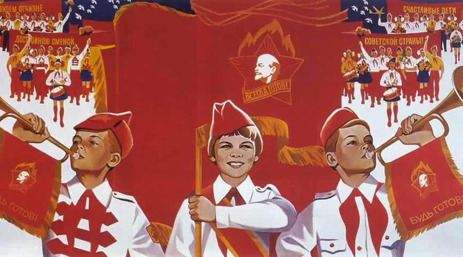 Пионерские дружины В 1923 году началась масштабная кампания по объединению пионеров. За короткие сроки численность организации достигла 75 тысяч человек. Уже в конце 1930-х годов Всесоюзная пионерская организация была объединена по школьному принципу, вне зависимости от места проживания детей. Класс был единым отрядом, вся школа — дружиной. Постепенно началось внедрение военно-полевой подготовки: в игровой форме ребята постигали науку санитаров, связистов и стрелков.