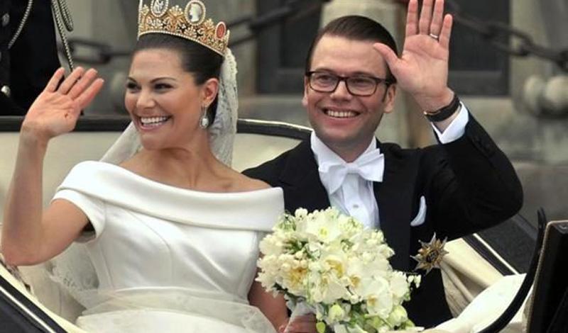 Улыбка и брак Люди, которые искренне улыбаются на свадебных снимках, разводятся реже прочих. Психологи проводили эксперимент, в котором участвовали пять тысяч респондентов, и выяснили, что процент развода улыбчивых пар чрезвычайно низок. А вот те, кто хмур на снимках с собственной свадьбы, разводится примерно в 25% случаев.