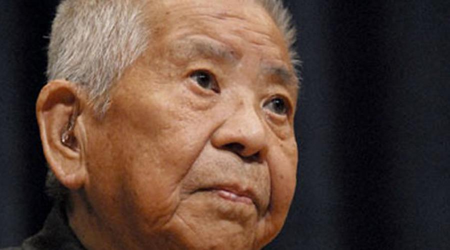 Цутому Ямагучи Во время Второй мировой войны Цутому Ямагучи был сотрудником Mistubishi Heavy Industries и командировки по стране занимали всю его жизнь. В Хиросиму Цутому прибыл в одно время с атомной бомбой — она по воздуху, он по платному шоссе №17-19. Выжил инженер чудом, правда боссы из Mistubishi решили, что нечего давать ценному специалисту отпуск из-за какой-то там атомной бомбы. И отправили его в следующую командировку — теперь в Нагасаки. Невезение? Ну, как сказать. Ямагучи все-таки стал единственным в мире человеком, пережившим сразу два ядерных взрыва — умер бедняга своей смертью, аж в 93 года.
