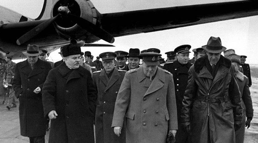 ООН и Совбез Но и это было еще не все. Именно на тех переговорах решили основные принципы формирования ООН и главного инструмента всей организации, Совбеза с правом вето. Споры об этом чуть было не привели к новой войне — союзники не хотели, чтобы СССР получали такое влияние в Европе. По счастью, несгибаемая воля позволила Сталину настоять на своем. Таким образом были установлены границы, сдерживающие уже начавшийся хаос послевоенного мира.