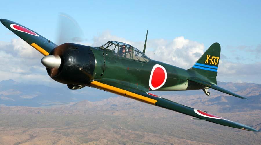Mitsubishi A6M Zero ЯпонияПалубный истребитель Подвесные баки давали модели A6M возможность совершать полеты длиной в 3105 километров. Рейды «Зеро» на океанском театре военных действий были просто сокрушительны: быстрый, маневренный самолет в начале военных действий не имел себе равных. В атаке на Перл-Харбор приняли участие 420 машин этого типа, после чего американцы и начали активно развивать истребительную авиацию.