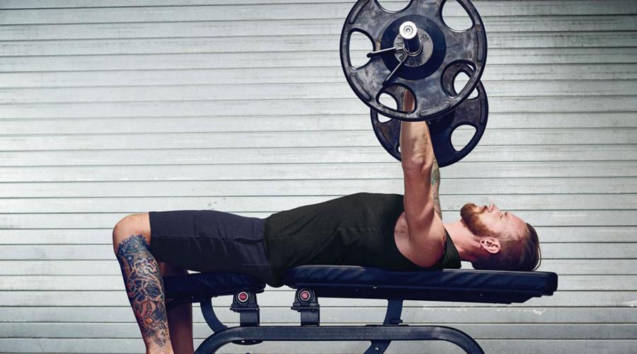 Больше времени на тяжести Большинство людей считают кардио просто идеальным способом быстро прийти в форму. Это не совсем так. Бег и тому подобные упражнения могут помочь cжечь несколько лишних калорий, но не набрать мышечную массу. Слишком много кардио вместе с дефицитом калорий может также привести к потере мышечной массы и сделает вас слабее. Уделяйте большую часть времени в зале классическим упражнениям с тяжелыми весами: мышечная масса увеличится, а значит повысится и метаболизм.