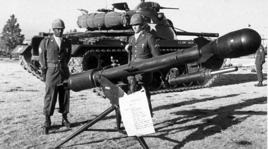 Ядерная базука Ядерная базука «Дэви Крокетт» стояла на вооружении США вплоть до 1970-го года. Орудие обслуживал расчет всего из трех человек, его можно было установить на обычный джип. Вот только как и любое другое безоткатное орудие старина «Дэви» был очень неточен. Стреляй в сторону врага — и надейся, что снаряд упадет куда надо.