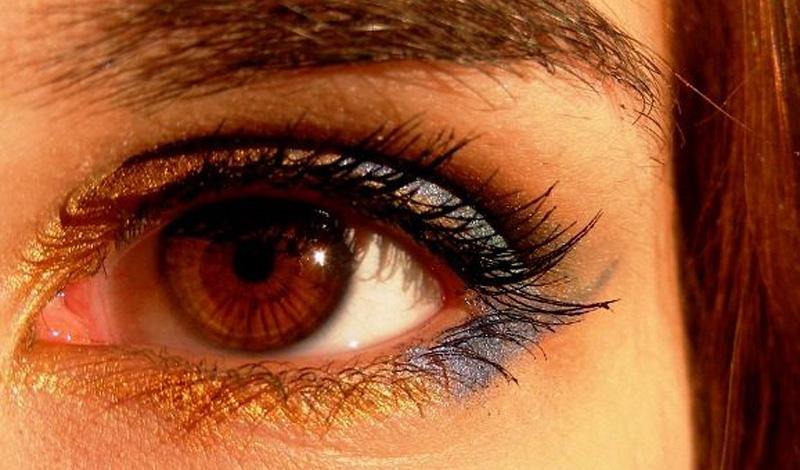 Алкоголь и цвет глаз Оказалось, что люди с темными глазами более чувствительны к алкоголю, чем голубоглазые или зеленоглазые. Обратите внимание, как вреден спирт товарищам с Востока и как просто переносят алкоголь какие-нибудь датчане.