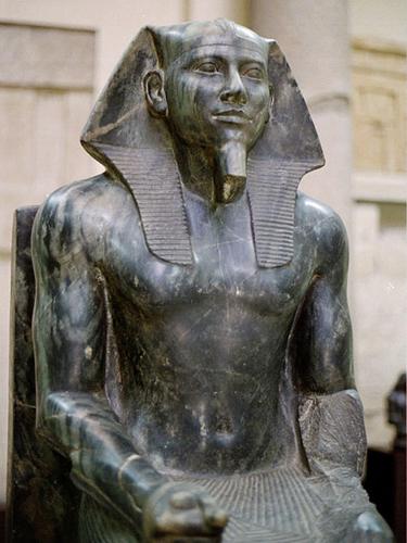 Статуя Хафру В Египетском музее хранится загадочная статуя фараона Хафру, выточенная из единого куска черного диорита и отполированная до зеркального блеска. Известно, что Хафру принадлежала самая большая из пирамид Гизы. А еще известно, что в те времена обработать твердый диорит каменными и медными инструментами было просто невозможно. Откуда тогда взялась эта статуя?