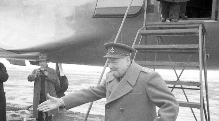 Борьба за лидерство Конференцию формально вел Рузвельт. Однако в ту пору бойцы Красной армии уже подбирались к Берлину — до столицы Германии нашим солдатам оставалось каки-то 50 километров. Естественно, позиции Сталина на переговорах были гораздо сильнее. Фактически, от его слова зависел весь исход дела.