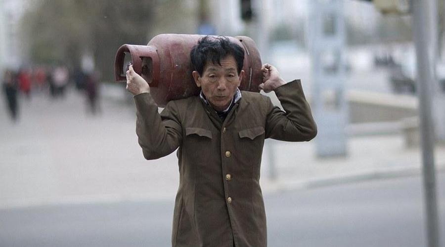 Северная Корея Туристическая съемка в Северной Корее теоретически возможна — на практике фотографировать можно только под присмотром гида. Фотографу предстоит нелегкий выбор между одной статуей и другой: снимать нельзя даже людей.