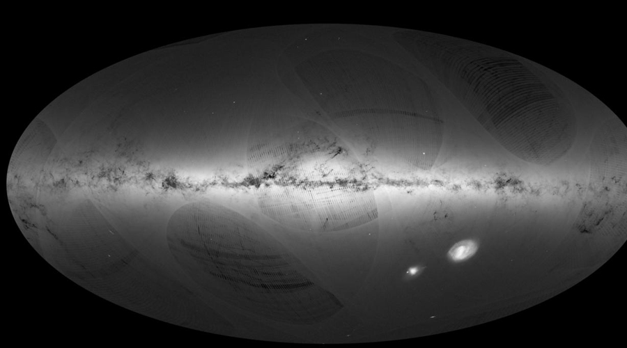 Мы ее теряем В процессе исследования ученые выяснили, что звезда Табби не просто мерцает, но постоянно уменьшается в яркости. За три года яркость снизилась на 3% — беспрецедентный показатель. Для сравнения астрономы проверили 200 ближайших звезд и 355 звезд по строению схожих с KIC 8462852. Яркость ни одной из них за аналогичный промежуток времени не упала больше, чем на 0,34%.