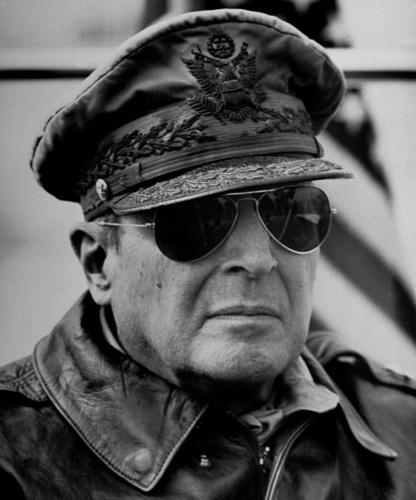 Очки «Авиаторы» Компания Ray-Ban придумала знаменитые «Авиаторы» в 1936 году. Такая форма очков нужна была именно военным летчикам: она защищала сетчатку глаза и не мешала обзору.