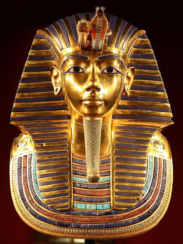 Смерть Тутанхамона Ученые до сих пор спорят о причинах смерти знаменитого фараона Тутанхамона. Существуют сразу несколько основных версий, от убийства до неизвестной науке болезни. В 2005 году исследователи провели компьютерную томографию мумии фараона и получили вместо ответов еще кучу загадок. Есть неплохой шанс того, что в саркофаге упокоен вообще не Тутанхамон.