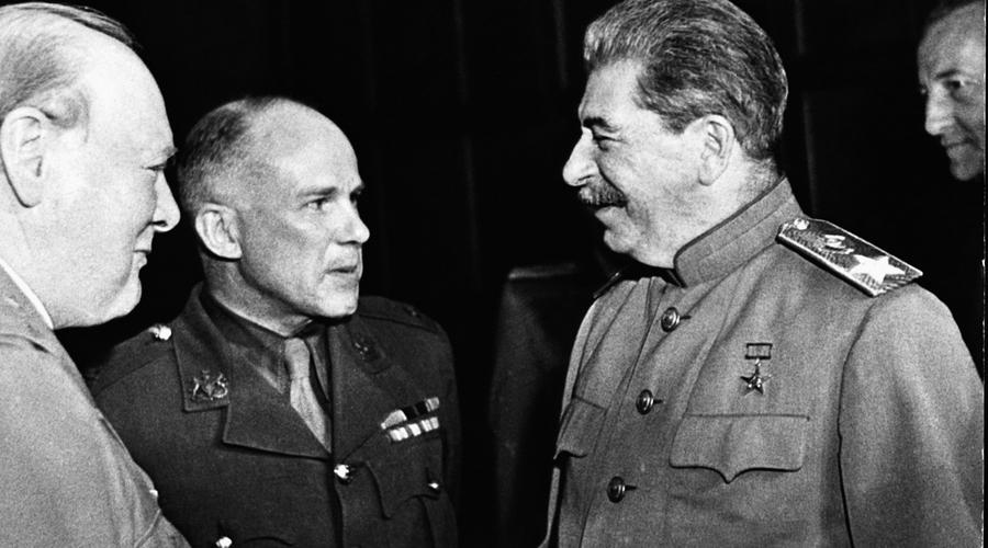Сталинский бункер Показали, как бы невзначай, союзникам и личный бункер товарища Сталина. На десятиметровой глубине, укрепленный бетонными стенами и стальными сваями, этот бункер гарантировал жизнь тому, кто может управлять страной и армией. Особое внимание обратил на врытое в скалу убежище Рузвельт — уже тогда американцы понимали, что с русским медведем рано или поздно столкнуться придется.