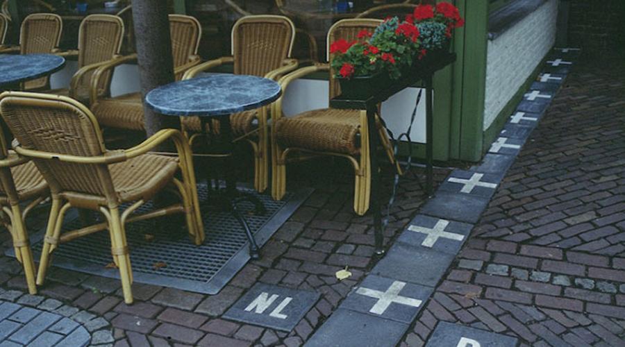 Нидерланды и Бельгия В поселке Барле живет всего девять тысяч человек, никак ни способных определиться с гражданством. Дело в том, что прямо по центру Барле проходит граница между Бельгией и Нидерландами — где хочешь, там и живи.