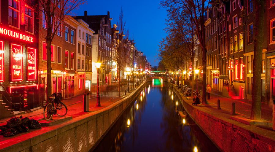 Бельгия и Амстердам В Бельгии туристы хотят сфотографироваться со статуей Писающего мальчика, в Амстердами предсказуемо достают камеру у квартала Красных фонарей. Между тем законодательно эти достопримечательности снимать запрещено, можно схлопотать немалый штраф.