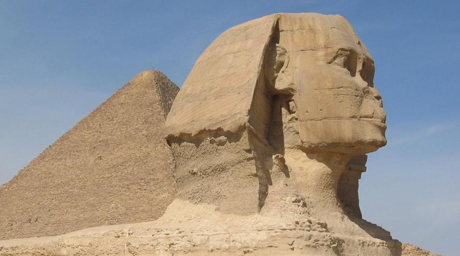 Второй сфинкс Фрагменты второго сфинкса (первый установлен у пирамид в Гизе) были практически случайно обнаружены группой археологов на севере Израиля. Судя по останкам иероглифического письма на статуе, создавали ее для египетского правителя Микерина — владельца самой маленькой из пирамид Гизы. Но как сфинкс попал в Израиль?