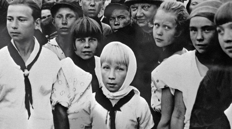 Профиль Ленина на груди В 1962 году пионеры получили очередной знак отличия — гордый профиль отца пролетариата на грудь. Таким образом государство символизировало признание заслуг всей организации в масштабах страны. Уже к 1970 году Всесоюзная пионерская организация насчитывала 23 миллиона человек — настоящая армия преданных бойцов коммунизма.