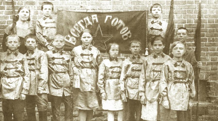 Будь готов Идею создания собственной коммунистической организации выдвинула сама Крупская. 10 декабря 1921 года было решено реформировать скаутов в пионеров (идею коммунисты ничуть не смущаясь позаимствовали у Сетона-Томпсона, практика пионеринга). Девиз и отзыв оставили скаутский: «Будь готов! — всегда готов!». Символику, правда, несколько изменили: галстук стал красным, значок-лилию сменил символ горящего костра.