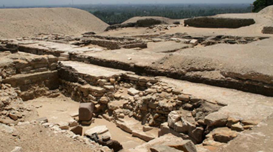 Потерянная пирамида В настоящее время предполагается, что в Гизе была еще одна пирамида. Владельцем считается Джедефре, который стал фараоном после Хуфу. Загадка в том, что кто-то просто взял и срезал целую пирамиду с основания и утащил ее непонятно куда.