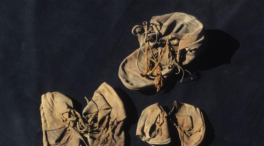 Странная обувь Найденная археологами обувь в Луксоре сразу стала предметом долгих научных баталий. Во-первых, сделана она из дорогой кожи животных, не встречавшихся на территории Египта, то есть владельцами были состоятельные иностранцы. Во-вторых, семь пар ботинок (а внешне обувь и в самом деле напоминает современные мужские туфли) зачем-то были тщательно упакованы в глиняную банку.
