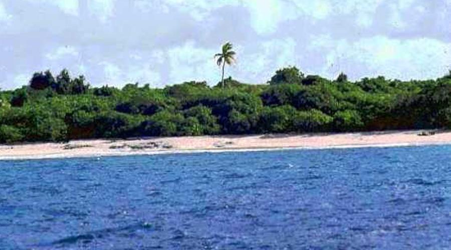 Пляж Бикини-Атолл Маршалловы острова Расположенный около экватора в Тихом океане, атолл Бикини привлекает туристов удивительными пляжами и очень разнообразной подводной фауной. Вот только ехать сюда все равно не стоит: в период с 1946 по 1958 год американская армия провела на Бикини-Атолл 23 ядерных испытания.