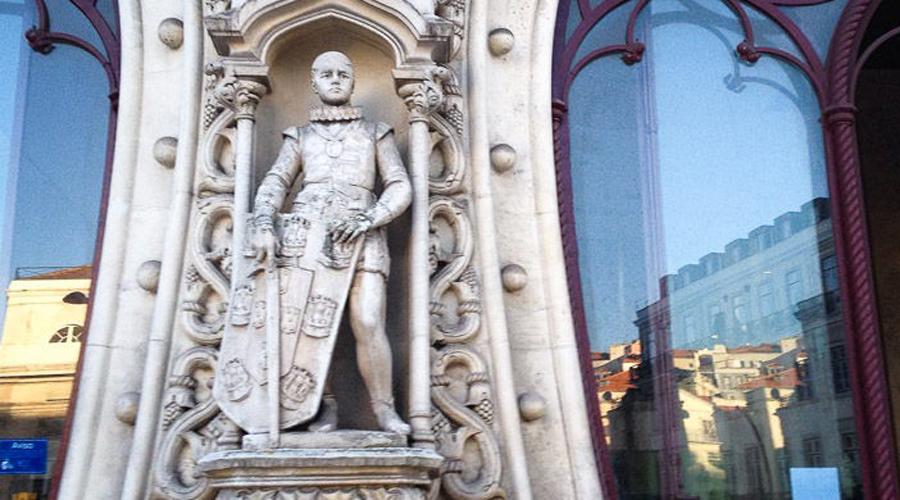 Статуя Себастьяна I Лиссабон Памятник португальскому королю Себастьяну I был поставлен еще в 1890 году. Статуя, расположенная неподалеку от вокзала Росиу, считалась одной из главных достопримечательностей города, пока один пьяный турист не решил сделать с ним селфи — он залез на постамент и упал с ним вместе.