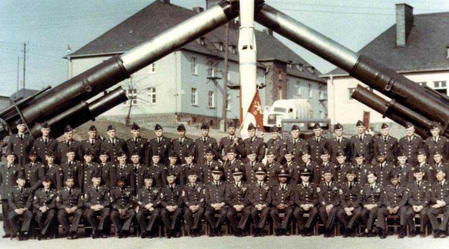Атомная пушка 280-мм пушка по прозвищу «Атомная Энни» использовала боеприпасы с ядерной боеголовкой весом в 364 килограмма. До 1953 года были изготовлены 20 пушек типа М65. Первое (по счастью и последнее) полевое испытание «Атомная Энни» прошла на полигоне во время операции Upshot-Knothole Grable. В целом перспективное орудие было слишком дорого в обслуживании и производстве, так что в 1963 году его с вооружения сняли.