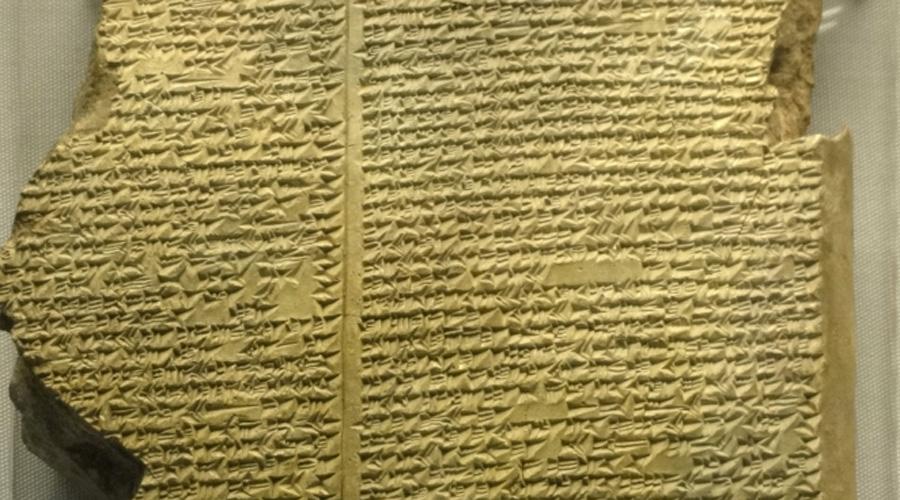 Библиотека Ашурбанипала Самая старая известная в мире библиотека была основана примерно в VII веке. Книголюбивый ассирийский правитель Ашурбанипал собрал большую часть своей великой коллекции во время завоевания Вавилонии и других окрестных стран. Археологи обнаружили библиотеку только в середине XIX века и теперь остатки глиняных книг хранятся в Британском музее.