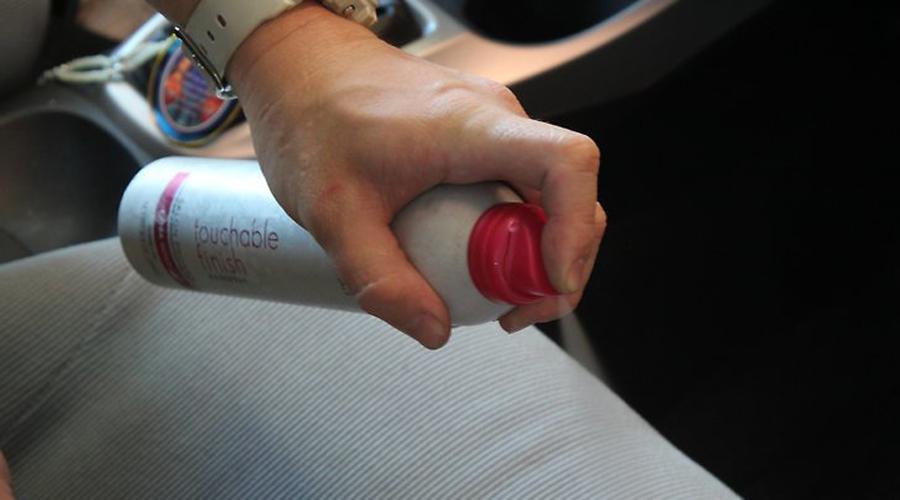 Чернила Потекла ручка или разыгрался ребенок? Бывает. Решить проблему можно и без дорогостоящей поездки в химчистку: брызните лаком для волос на пятно (так чернила не растекутся), а затем аккуратно промокните его влажной тряпкой.