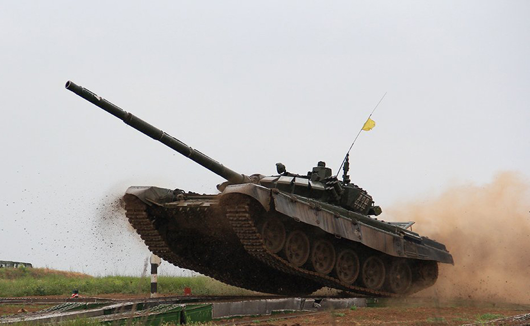 Т-72 «Урал» Всего было выпущено около 30 000 «Уралов» разных модификаций. Специалисты считают эту машину лучшим танком второй половины XX века. Последняя модификация Т-72Б3, поступающая в войска на протяжение крайних трех лет, получила усиленную защиту, новую систему управления огнем и мощный двигатель.