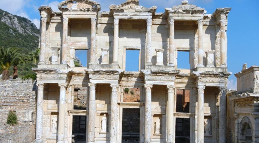 Библиотека Цельса Вообще, в Римской империи эпохи расцвета существовало около двух десятков крупных библиотек и далеко не все они располагались в столице. Около 120 г. до н.э. сын римского консула Тиберия Юлиуса Цельса Полемаина завершил строительство так называемой мемориальной библиотеки в Эфесе (современная Турция). Изысканным фасадом здания можно полюбоваться и сегодня. Сохранились также мраморная лестница, колонны и четыре статуи, представляющие Мудрость, Добродетель, Интеллект и Знание.