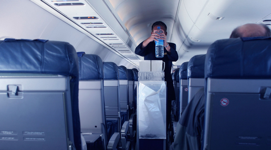 Лайфхак с местом Хотели лететь у окна, но не успели забронировать нужное место? Шанс еще есть. Не торопитесь на посадку, пропустите вообще всех пассажиров. А теперь, когда за вами уже закрываются двери, выбирайте любое свободное место. Попутчиков по дороге самолет подбирать не будет.