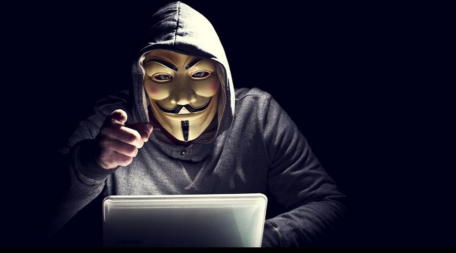 Хакер Жертвами хакеров чаще всего становятся большие компании, где есть шанс того, что вторжение заметят не сразу. К примеру, в 2008 году группировка российских кодеров сумела снять более 15 миллионов долларов по всему миру используя дубликаты дебетовых карт — банк заметил кражу слишком поздно для того, чтобы что-то предпринимать.