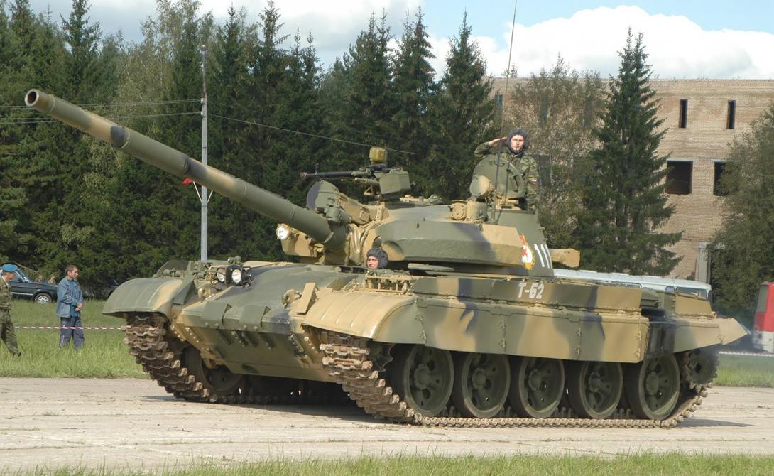Т-80УЕ-1 В 2005 голу на вооружение РФ поступили модернизированные танки Т-80УЕ-1. Во многом они очень схожи с предыдущей моделью.