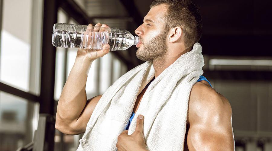 Контроль обезвоживания Рассказы про обязательные два литра в день — не более, чем расхожий миф. Воды нужно ровно столько, сколько расходует организм. В критических ситуациях пота может выйти литра три, вот от этого и отталкивайтесь. Никаких критических ситуаций не предвидится? Еще проще: взрослому мужчине требуется примерно 40-45 мл на 1 килограмм веса. Это и будет суточная норма.