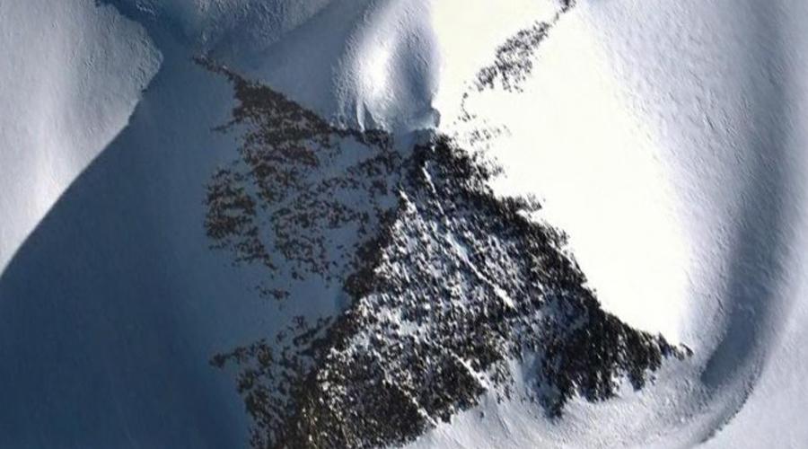Пирамиды На территории Антарктиды стоят несколько пирамид, форма которых идентична египетским. Существует версия о некой протоцивилизации, когда-то освоившей Антарктиду, а затем расселившейся по всему миру.