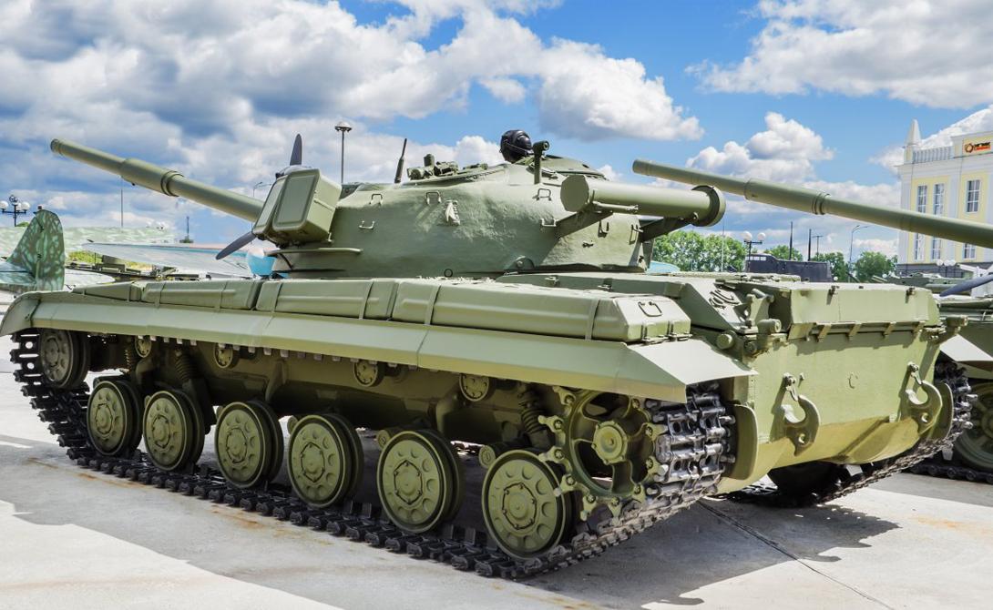 T-64 Около двух с половиной тысяч танков этой модели сейчас находятся на консервации. Очень удачную модель на Западе часто сравнивали с легендарным Т-34 и не зря — у танка очень большой потенциал. Его предшественника, модель Т-62, сняли с вооружения только в 2011 году.