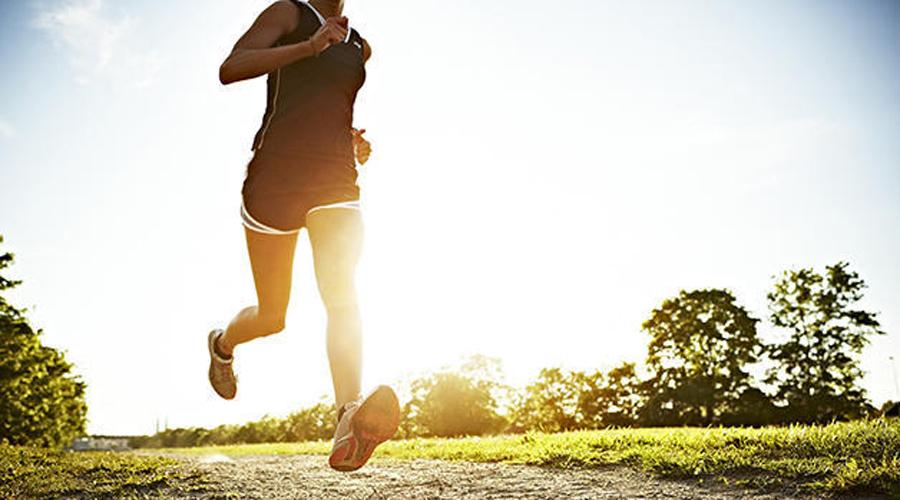 Интервальное кардио Американский колледж спортивной медицины сделал несколько исследований, по результатам которых выяснилось серьезное влияние интервальных кардиотренировок на потерю веса. Более того, интервалы помогут разогнать метаболизм на целые сутки спустя после тренировки — считайте, что сжигаете жир просто лежа на диване. Начните с бега: 30 минутную тренировку перемежайте «взрывами» на 30 секунд каждые 5 минут.