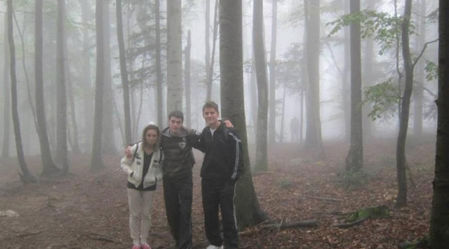 Кемпинг смерти Лето прекрасное время для кемпинга в лесу. Палатка, друзья, костер, немного алкоголя…. И странные создания, которые вполне могут появиться из пугающей темноты между деревьями. Эта фотография была сделана компанией приятелей в прошлом году. Присмотритесь к ней. И забудьте о кемпингах в лесу!
