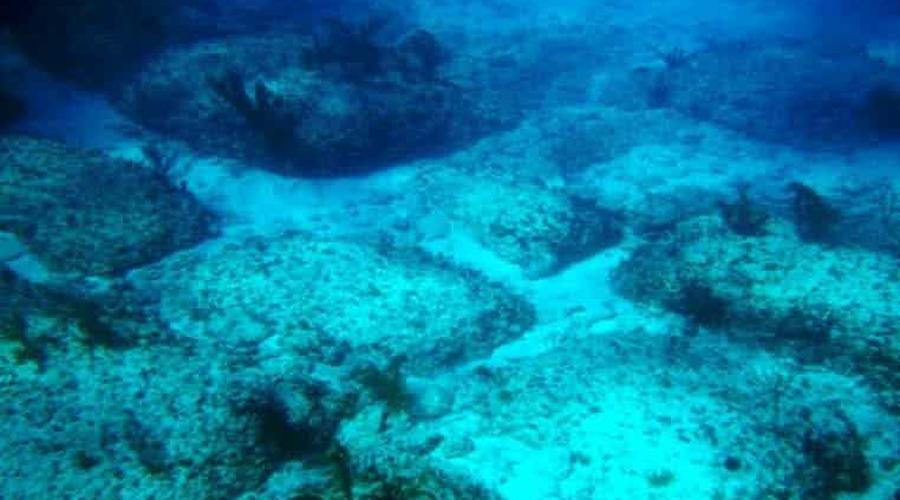 Бимини-роуд Еще один пример антропогенных строений на большой глубине. Формация прямоугольных известняковых пород известна сегодня как Бимини-роуд. В 1978 году ученые провели радиоуглеводный анализ плит — в результате выяснилось, что возраст их составляет 3500 лет. Вполне вероятно, что Бимини-роуд это всего лишь изысканная игра природы, однако есть и другая версия. Исследователи Дж. Мэнсон Валентин, Жак Майоль и Роберт Ангов (они и обнаружили странные камни в 1958 году) полагают, что наткнулись на останки самой Атлантиды!