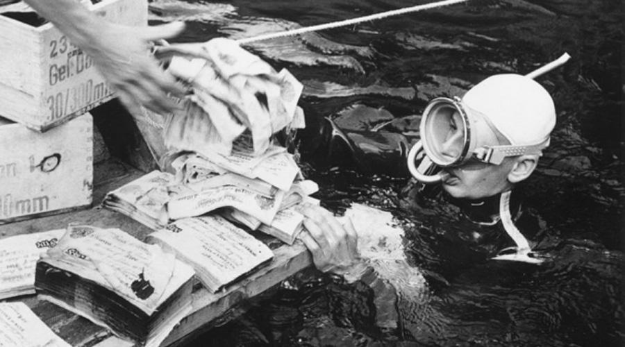 Нацистское золото в австрийском озере Топлиц В последние месяцы Второй мировой войны, когда Германия оказалась на пороге поражения, нацистский режим пытался всеми силами спрятать награбленное по всей Европе добро. До сих пор время от времени находят секретные схроны — последний Золотой поезд был, к примеру, недавно обнаружен в Польше. В Лейк-Топлице, расположенном в густом альпийском лесу в Австрии, нацистские офицеры затопили золота на миллиарды долларов. В 1959 году дайверы действительно достали из озера несколько контейнеров с золотыми слитками, что только подстегнуло ажиотаж. Однако нацистское золото не зря считается проклятым: за последние десять лет в озере уже утонуло 7 человек.