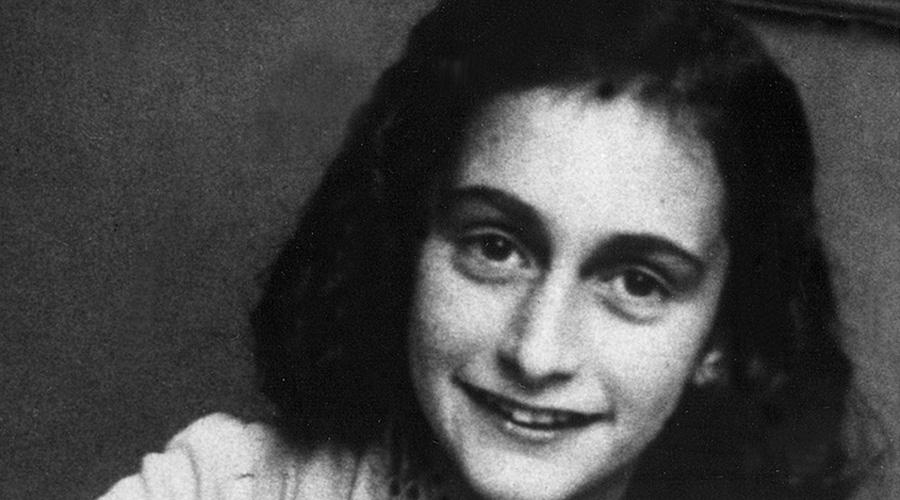 Кто предал Анну Франк Дневник маленькой девочки, семья которой два года скрывалась от нацистов в оккупированном Амстердаме, стал одним из печальных символов Второй мировой войны. Историки вот уже седьмой десяток лет пытаются выяснить, кто же из близких выдал убежище Анны офицерам СС.