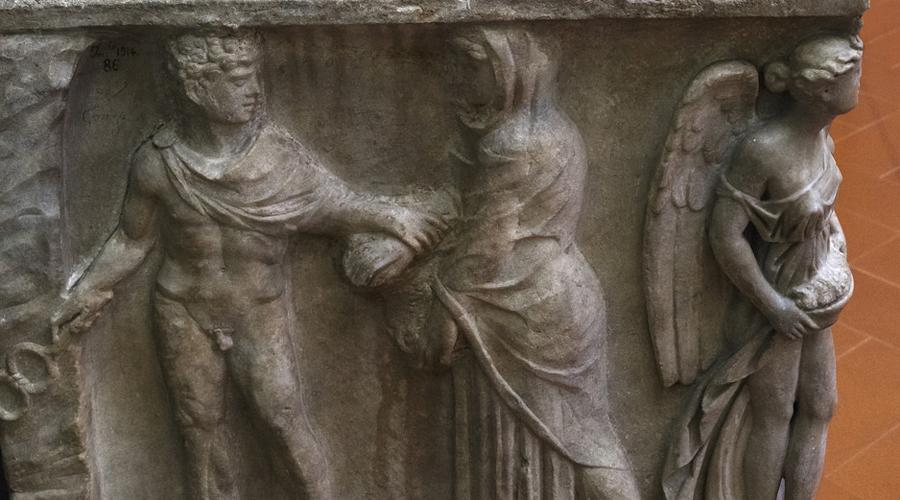 Рыжеволосые путаны Завоевав Галлию, а затем и Германию, полководцы наводнили империю огромным количеством рабов, в том числе и молоденьких девушек. Бедняжки пользовались большим успехом в римских публичных домах, а так как рыжеволосых и блондинок среди них было много, то Сенат, недолго думая, принял указ: всем публичным дамам красить волосы именно в эти цвета. Чтобы не путали с порядочными женщинами.