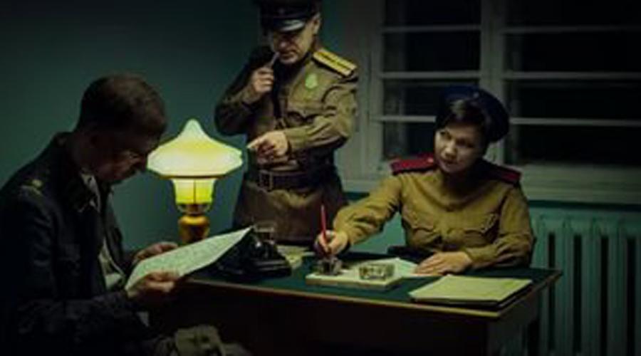 Реальные шпионы Конечно, нельзя сказать, что сотрудники СМЕРШа занимались исключительно репрессиями. Настоящие шпионы среди пойманных также имелись — историки свидетельствуют, что с 1942 по 1945 года особистам удалось выявить массу диверсантов, шпионов и предателей. В 1945 году огромное число озверевших на территории заклятого врага советских солдат попало под суд благодаря смершевцам, та же участь постигла около четырех тысяч офицеров.